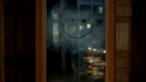 鏡に書かれたニコちゃんマーク